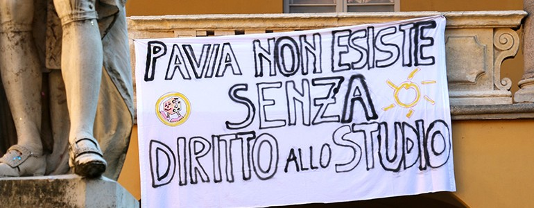 Diritto allo Studio, a Pavia potrebbe arrivare la metà dei fondi. Gli studenti: «giù le mani dai collegi» (video)