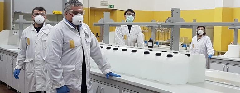 I chimici dell'Università di Pavia consegnano i primi 200 litri di disinfettante al San Matteo